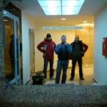 lustro na ścianie i ekipa wykonawcza zakładu szklarskiego Glass Mirror